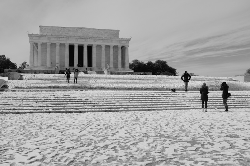 washington dc, lincoln memorial with tourists